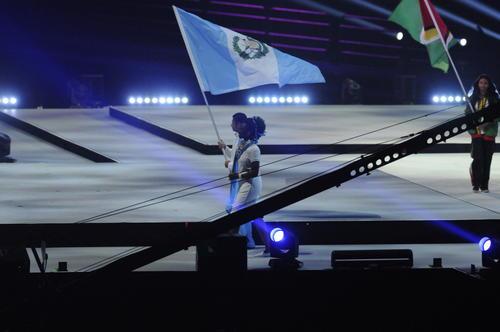 Erick Barrondo llevó la bandera de Guatemala en el cierre de los Juegos. (Foto: Pedro Pablo Mijangos/Soy502)