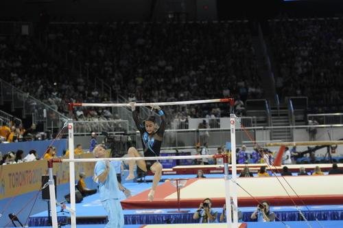 Ana Sofía en el momento en que ya fue inevitable su caída en barras asimétricas. (Foto: Pedro Mijangos/Soy502)