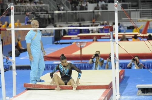 Ana Sofía yace en el suelo tras caer durante su presentación en barras asimétrica. (Foto: Pedro Mijangos/Soy502)