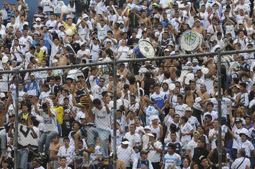 La porra de Comunicaciones hizo su fiesta en los graderíos del Mateo Flores. (Foto: Pedro Pablo Mijangos/Soy502)