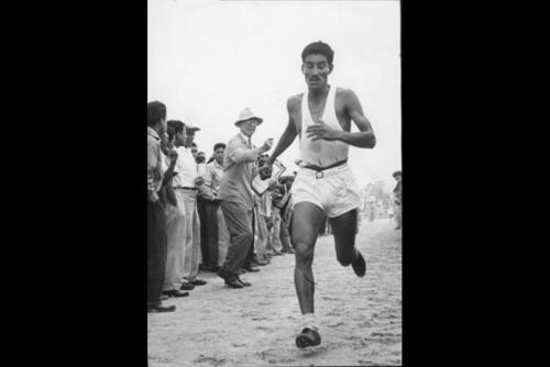 Doroteo Guamuch Flores ganando la Maratón de Boston en 1952. (Foto: Nuestro Diario)
