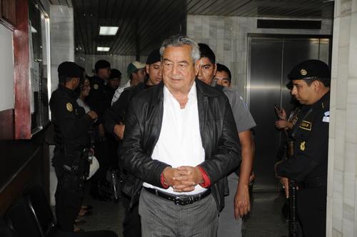 Se acabaron las diligencias judiciales en Guatemala para Waldemar Lorenzana, quien aparece aquí conducido a un juzgado. Ahora tendrá que enfrentarse a la justicia norteamericana. (Foto: Nuestro Diario).