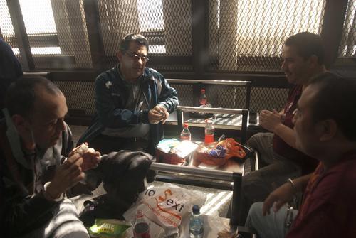 """Rodolfo Lázaro Padilla (Chaqueta Azul), abogado defensor de Roberto Barreda y sindicado de pertencer a la banda criminal """"Los Topacio"""", conversa con tres de los capturados mientras esperaban que se reiniciara la audiencia en los tribunales. (Foto: Jesús Alfonso/Soy502)"""