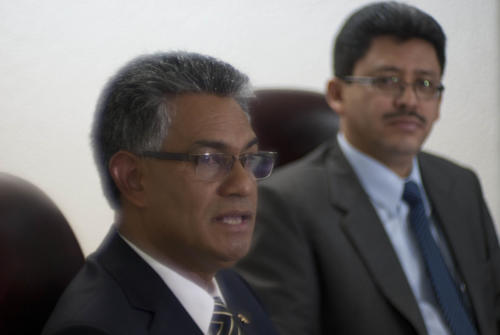 Carlos Muñoz (izquierda), jefe de la SAT y Omar Franco, intendente de Recaudación, señalaron que el incentivo para la presentación de la Planilla para este año disminuyó, sin embargo, esto no afecta en la recaudación la cual se prevé sea de Q46.5 millardos al cierre de este año. (Foto: Jesús Alfonso/Soy502)