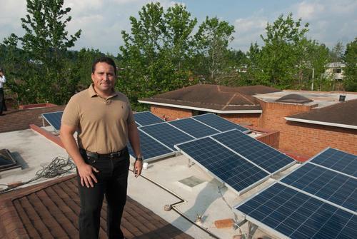 Carlos Arrivillaga tiene instalados 18 paneles solares en la terraza de su casa y su factura por electricidad se redujo al menos 10 veces.  (Foto: Jesús Alfonso/Soy502)