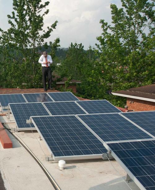 Para producir el equivalente a 5MW de potencia se necesitarían una superficie similar a 3 campos de fútbol llena de paneles solares.  (Foto: Jesús Alfonso/Soy502)