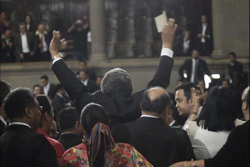En noviembre de 2013, Félix intentó impedir la salida de los diputados del hemiciclo para que apresuraran su juramentación. (Foto: Archivo/Soy502)