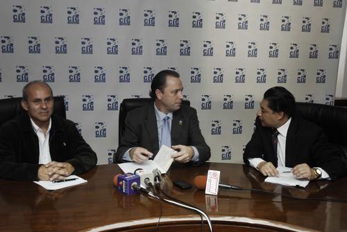 Mario Orellana, Presidente de la Gremial de Industrias Extractivas, Javier Zepeda, Director Ejecutivo de la CIG y Carlos Paredes, Asesor Jurídico de la CIG.  (Foto: Jesús Alfonso/Soy502)