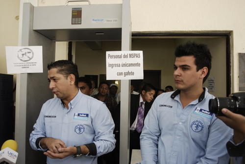 El portavoz del ministerio de Salud Gustavo Barillas, impidió el acceso a la prensa durante varios minutos, trataba de impedir que se fotografiara a los ex empleados que realizan una huelga de hambre. Foto:(Jesús Alfonso/Soy502)