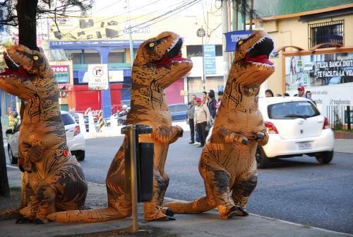 Varios dinosaurios irrumpieron el tráfico de San Cristóbal.