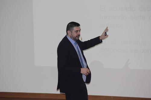 Rafael López explica durante una conferencia en la Universidad del Valle que en el pasado existieron muchos métodos para obtener la verdad, principalmente la tortura. En la actualidad existen maneras menos dolorosas para llegar a la verdad, en especial en casos judiciales. (Foto: Fredy Hernández/Soy502)