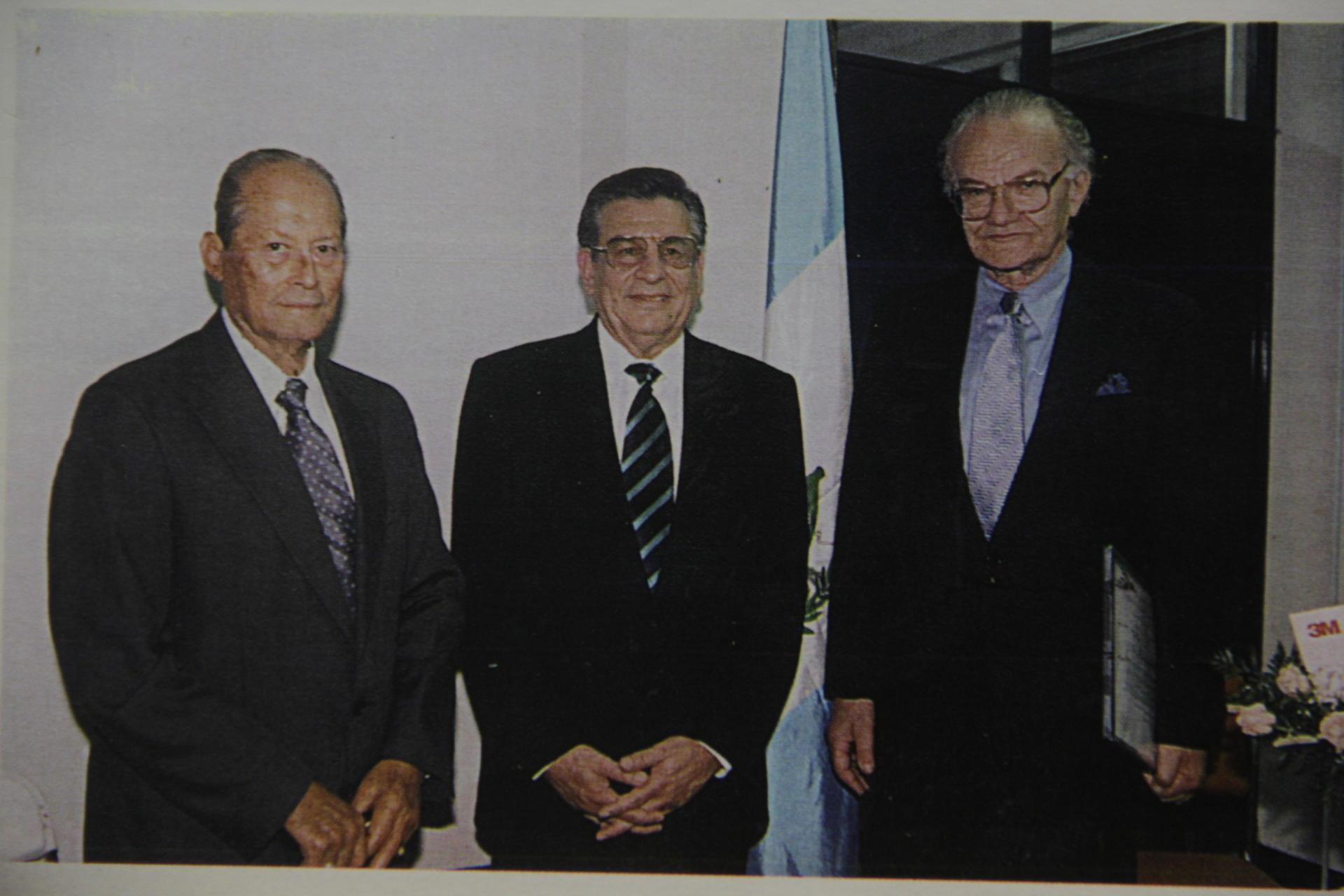 El entonces presidente de Guatemala, Carlos Manuel Arana Osorio, el doctor Raúl Cruz Molina y el doctor Francis Robicsek son los pioneros del primer Programa de Cirugía Cardiovascular en Guatemala. (Foto: Memorias del doctor Raúl Cruz Molina)