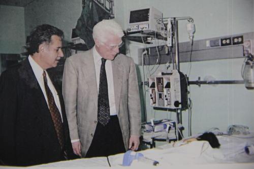 El doctor Aldo Castañeda se une al programa apoyando las cirugías para los niños que las requieren en el país. (Foto: Memorias del doctor Raúl Cruz Molina)