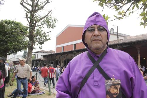 Don César de la Cruz dedicó este año su participación en la procesión de San Bartolomé a una de sus hermanas que recientemente falleció. (Foto: Fredy Hernández/Soy502)