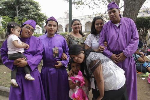 Josué Rolando (segundo de izquierda a derecha) participa en los cortejos procesionales desde los siete años. Una tradición heredada de su mamá. (Foto: Fredy Hernández/Soy502)