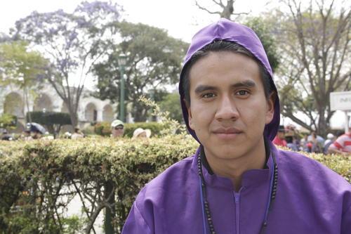 Julio es originario de Antigua, pero vive en El Tejar. En 2010 se inscribió por primera vez en un cortejo procesional y este año decidió hacerlo en San Bartolomé Becerra. (Foto: Fredy Hernández/Soy502)