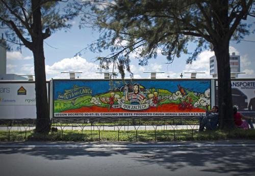 """""""Tomamos Quezalteca cuando estamos celebrando, esa fue la idea de los grabados en el mural"""", explicó Wilker, creador de la obra. (Foto: cortesía Quezalteca)"""