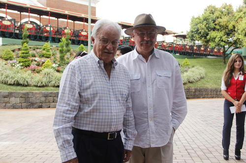Don Ricardo fue el encargado de recibir a sus invitados que lo felicitaron por su trabajo. (Foto: Fredy Hernández/Soy502)