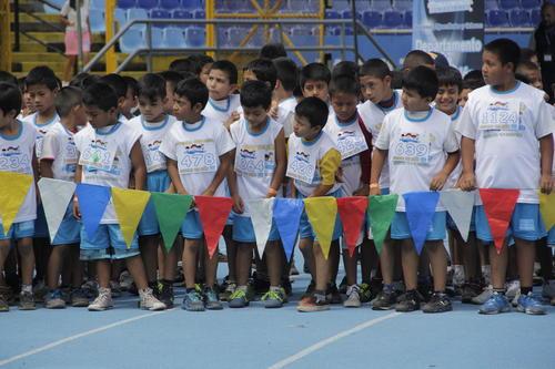 Los pequeños compitieron en la primera carrera del Día del Niño y la Niña en el estadio nacional Mateo Flores. (Foto: Fredy Hernández/Soy502)