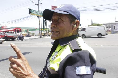 Don Mario César relata que un automovilista lo reconoció y lo felicitó por ser un ejemplo para muchas personas. (Foto: Fredy Hernández/Soy502)