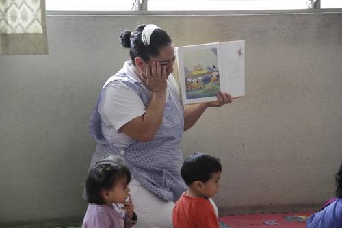 Las niñeras no se desprenden de los niños y están siempre pendientes de sus actividades y necesidades.  (Foto: Fredy Hernández/Soy502)