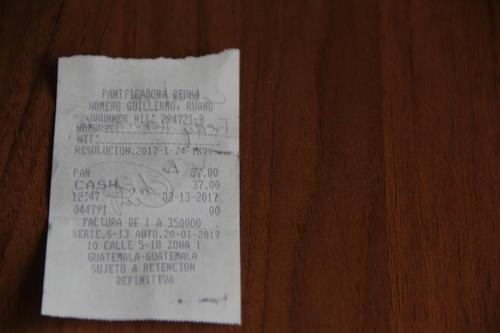 Nuestra compra está registrada a través de la factura que recibimos por nuestros panes. (Foto: Alejandro Balán/Soy502)