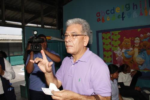El juez muestra su dedo en señal de que ya emitió el sufragio. (Foto: Carlos Duarte/Nuestro Diario)