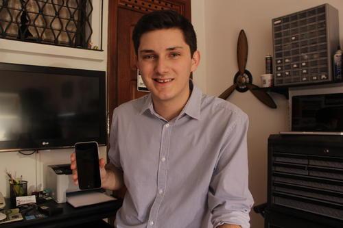Un celular roto fue el impulso para que su emprendimiento tomara fuerza y se convirtiera en un innovador. (Foto: Fredy Hernández/Soy502)