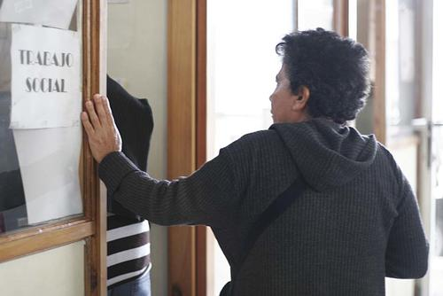 Una nueva paciente llega a preguntar al Incan por atención. Sin embargo, los recursos están limitados y podrían dejar de recibir nuevos casos. (Foto: José Dávila/Soy502)