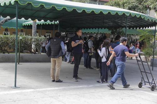 Algunos estudiantes aún se encuentran haciendo trámites para inscribirse en la Usac. (Foto: Fredy Hernández/Soy502)