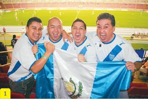 Con la camiseta azul y blanco, y la bandera, muchos aficionados acuden a la Copa del Mundo, donde quiera que esta se realice.