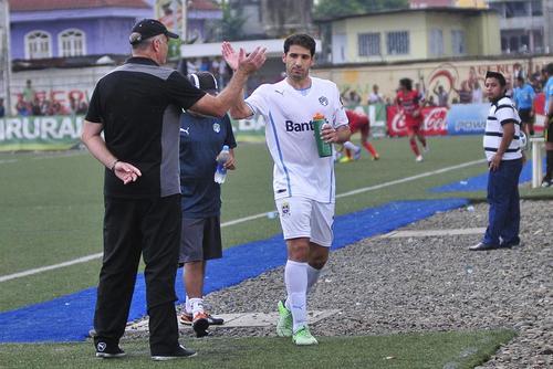 """Adrián el """"rifle"""" Apellaniz anotó un triplete para el triunfo de los cremas como visitantes ante los toros de Malacateco. (Foto: Orlando Chile/Nuestro Diario)"""
