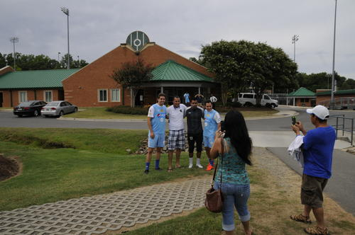 Los futbolistas de la Sele se toman fotos con aficionados nacionales en Charlotte. (Foto: Aldo Martínez/Soy502)