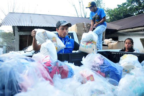 Erick Barrondo carga las bolsas con víveres que compartió con los pobladores de la Comunidad Navidad en Alta Verapáz. (Byron de la Cruz/Nuestro Diario)