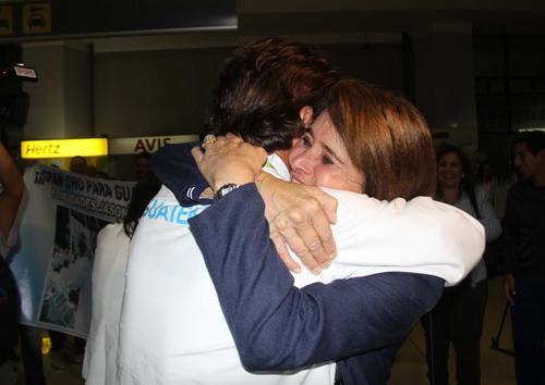 Con abrazos y lágrimas de alegría fue recibido Jason Hess, tras volver a Guatemala con la medalla de oro. (Foto: COG)