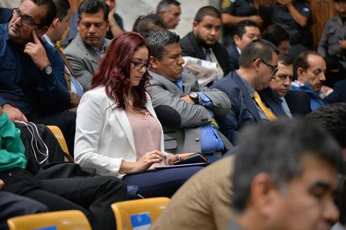 Jenniffer Dell'Acqua hace anotaciones durante las audiencias del caso Cooptación del Estado. (Foto: Wilder López/Soy502)