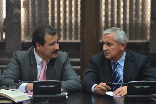 En un momento de la audiencia, César Calderon, abogado, y Otto Pérez, su defendido, se observan un tanto desconcertados y confundidos al escuchar los argumentos de Gálvez. (Foto: Jesús Alfonso/Soy502)