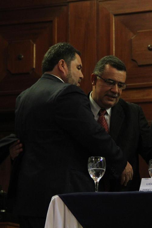 Estuardo Gálvez, actual rector de la Universidad de San Carlos abraza a Carlos Alvarado al momento en que este fue notificado como el ganador de las votaciones y se convierte en el nuevo rector de dicha casa de estudios (Foto: Alexis Batres/Soy502)