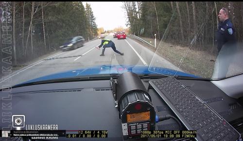 El policía lanza la banda de clavos y el auto pasa logrando el objetivo. (Foto: captura de pantalla)