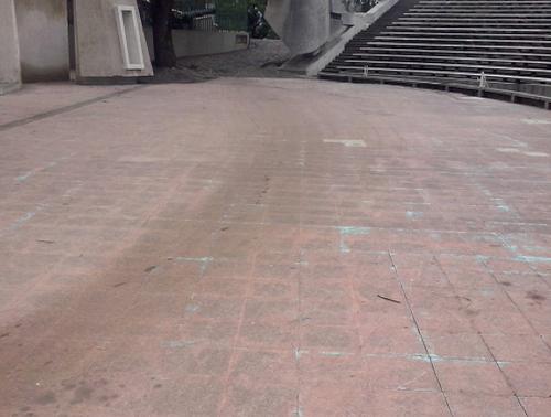 Los daños más notorios se observaron en el escenario del Teatro al Aire Libre, donde también se realizaron las competiciones; en la imagen se perciben manchas de aceite y de neumáticos (Foto: Ministerio de cultura)