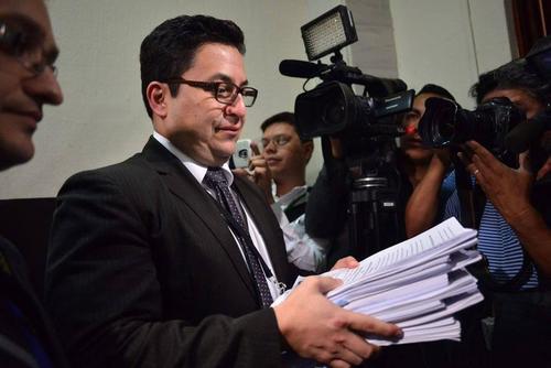 Uno de los fiscales del caso La Línea, entrega al juzgado de Mayor de Riesgo la acusación contra la exvicepresidenta Roxana Baldetti. (Foto: Archivo/Soy502)