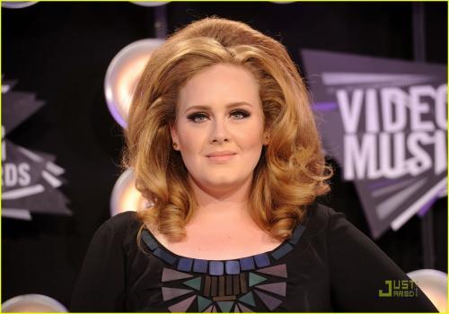 El look vintage de Adele resaltó en 2011. (Foto: JustJared)
