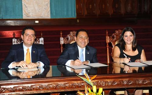 El ministro de Gobernación, Mauricio López (al centro) junto a Mariana Zavatteri, directora de la Fundación Adentro, auspiciada por Ricardo Arjona firman el convenio para la prevención del delito.  (Foto: Ministerio de Gobernación)