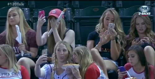 Las chicas no se percatan de quien está ganando el encuentro, su única finalidad es enviar fotos. (Foto: Fox Sports)