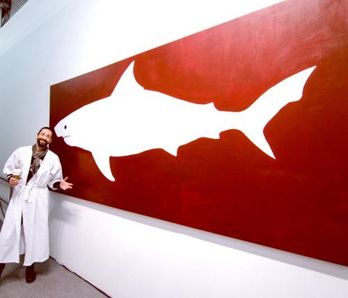 El actor Adrien Brody mostrando una de sus piezas en una galería de Manhattan, Nueva York. (Foto: Adrien Brody)