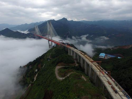 El puente tiene una longitud de 1,341 metros sobre un río en la provincia de Guizhou. (Foto: AFP)