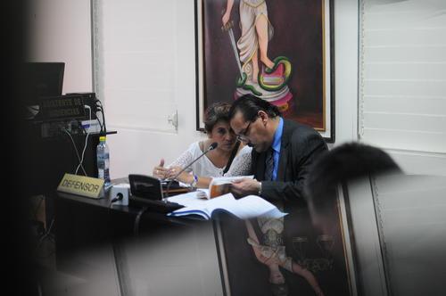 Alma Judith Méndez, conversa con su abogado después de informar que no aceptaba el procedimiento abreviado ofrecido por el MP. (Foto: Alejandro Balán/Soy502)