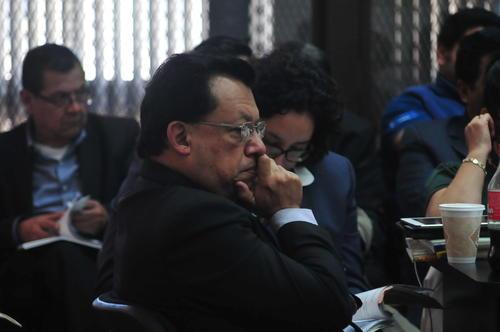 El exalcalde Edgar Ruiz escucha a la fiscal durante la audiencia de primera declaración. (Foto: Alejandro Balán/Soy502)