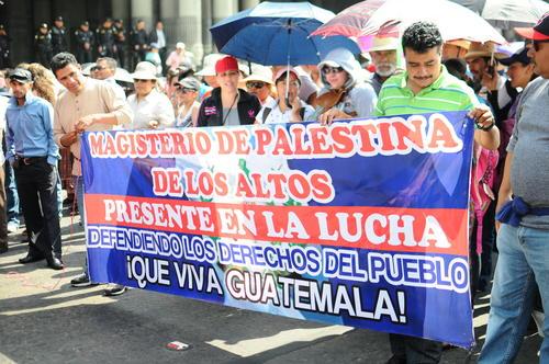 Un grupo de profesores exigen que se derogue el decreto 11-2016. (Foto: Alejandro Balam/Soy502)