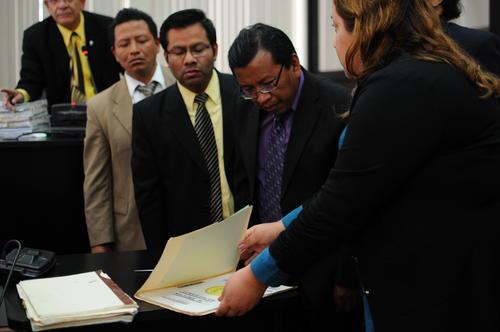 La fiscal Hilda Pineda muestra uno de los archivos militares desclasificados el jueves 31 de marzo. (Foto: Alejandro Balán/Soy502)